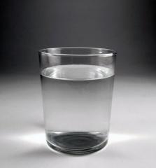 vaso de agua El Agua descalcificada se puede beber